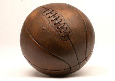 Le ballon de basket posé sur un fond blanc