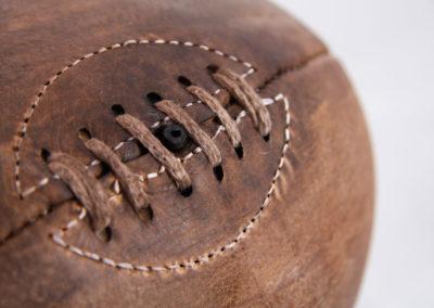 Photo carrée du lacet d'un ballon de rugby en cuir brut