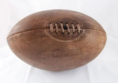 Photo fond blanc du ballon de rugby à lacet