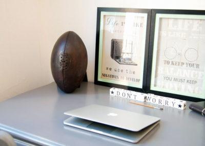 Un ballon en cuir ancien qui décore un vieux bureau en chêne
