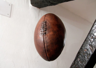 Présentation du ballon en cuir suspendu dans les air pour une déco pas chère