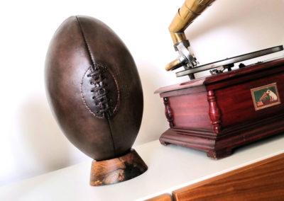 Un gramophone et un ballon de rugby vintage pour une déco de chambre vintage