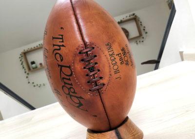 Un ballon et un socle tee de rugby