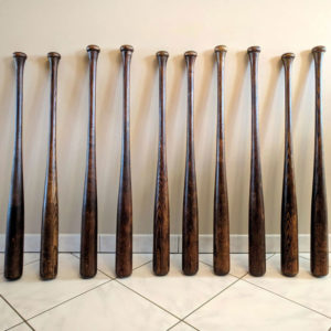 photo carrée des vieiiles battes de baseball aux couleurs brunes exotiques