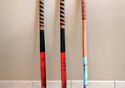 3 magnifiques crosses de hockey présentée dans une cuisine