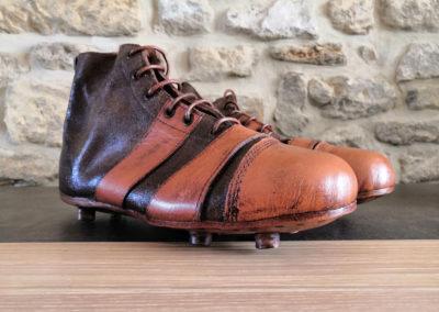 Une paire de chaussure adulte sur un meuble en chêne