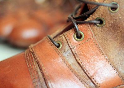 Détail sur la finitiion de l'oeuillet du lacet de la paire de crampons vintage