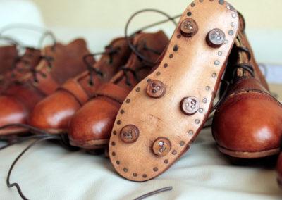 Crampons en bois d'une vieille paire de chaussure de foot pour enfant