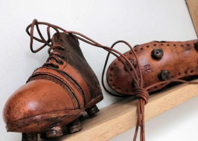 Macro sur une paire de chaussure junior vintage sur une étagère.