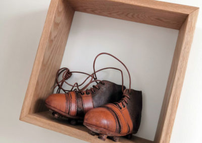 Les crampons junior anciens dans un cube en bois