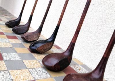 Tête de vieux clubs de golf bis posés au sol