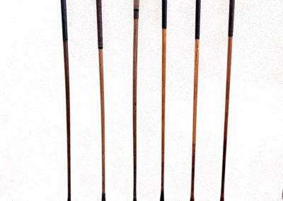 Un set de vieux clubs bois présentés à la lumière