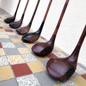 vieux clubs avec leur tête en bois