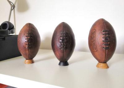 Ballons de rugby posés l'un à côté de l'autre façon vintage