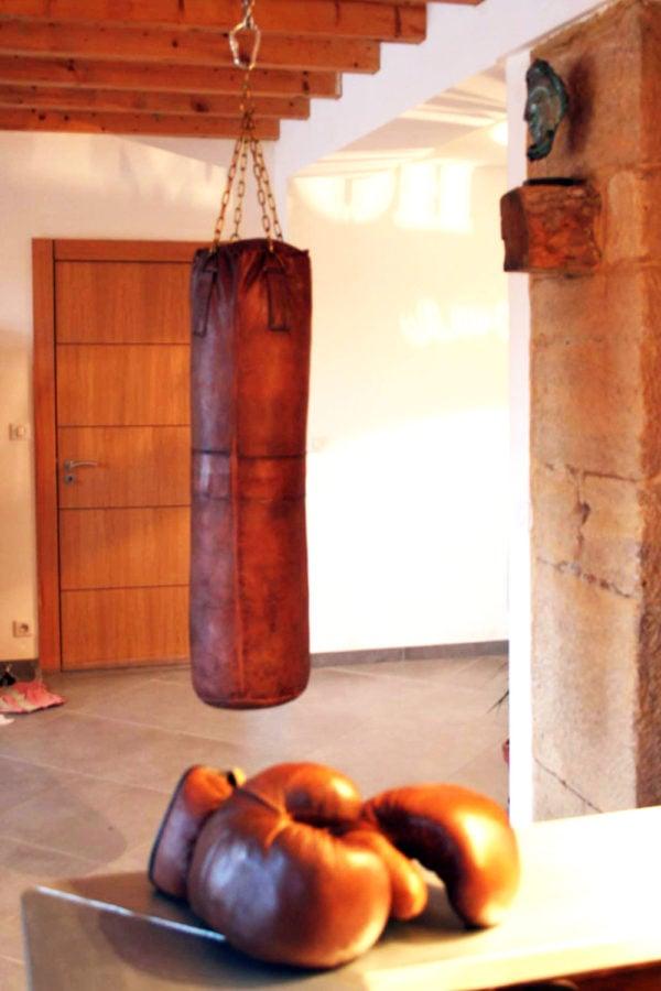 Sac de frappe en cuir marron ccroché dans une maison ancienne