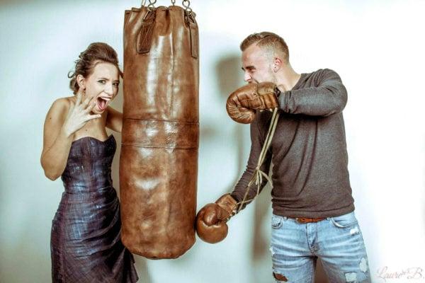 Sac de frappe en cuir entre les mains d'un jeune couple