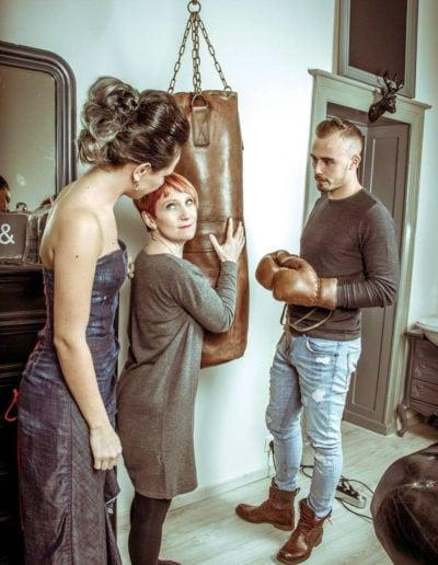 Shooting photo sac de frappe en cuir dans les mains d'une maman d'un jeune marié