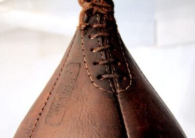 Vue macro sur le laçage d'un punchingball vintage en cuir