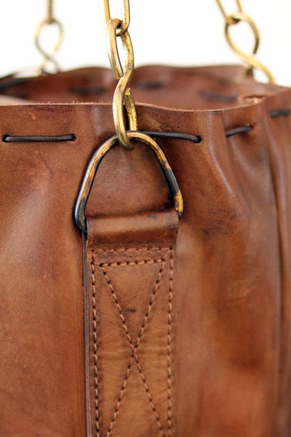Couture et attache du sac de frappe suir à suspendre