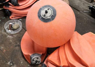Une vessie de ballon de foot gonflée dans un atelier