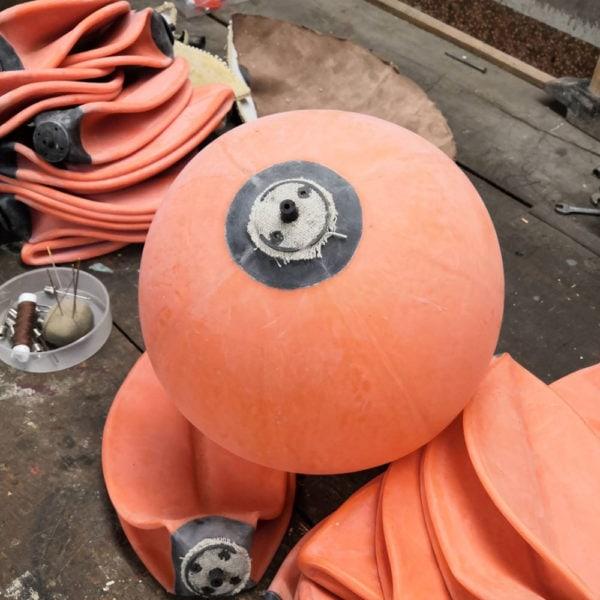 Une cahmbre à air de ballon de foot avant sa réparation