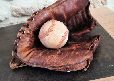 Un gant de baseball et sa balle dans le cadre d'une décoration vintage