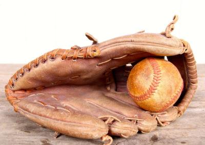 Gant de baseball vintage mais discret avec sa balle de jeux