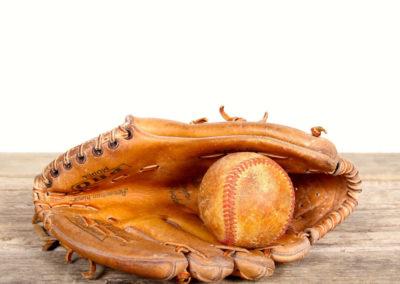 Exemple d'un ancien gant de baseball avec sa balle