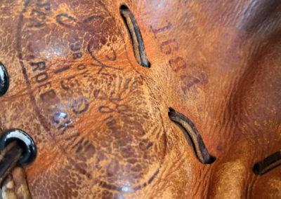 Logo sur un acien gant de baseball en cuir brun