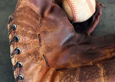 Une vue macro sur le cuir d'un vieux gant de baseball antique