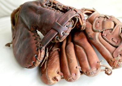 2 gants de baseball anciens qui se chevochent