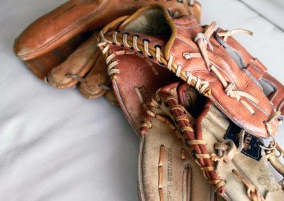 3 couleurs différentes pour ce lot de gants de baseball vintage