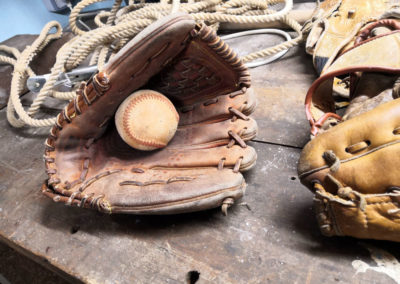Un gant de baseball en cuir pâle sur un vieille atelier.