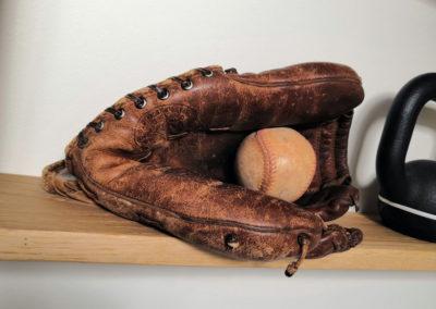 Gant de baseball posé sur une étagère en bois