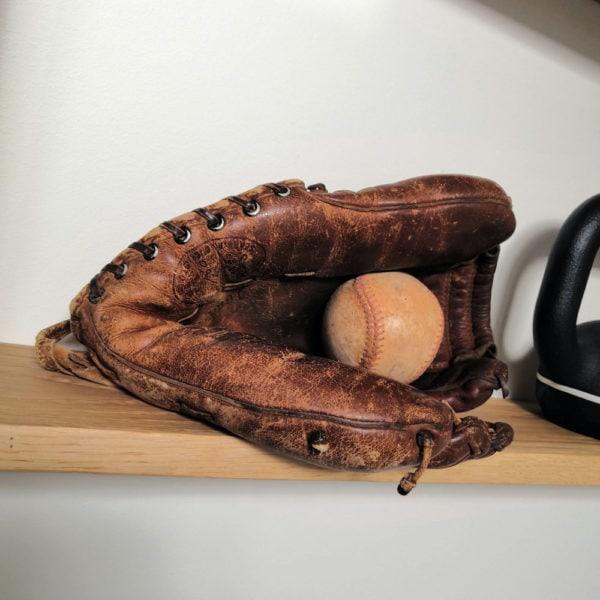 gant de baseball vintage en cuir très ancien posé dans une salle de sport