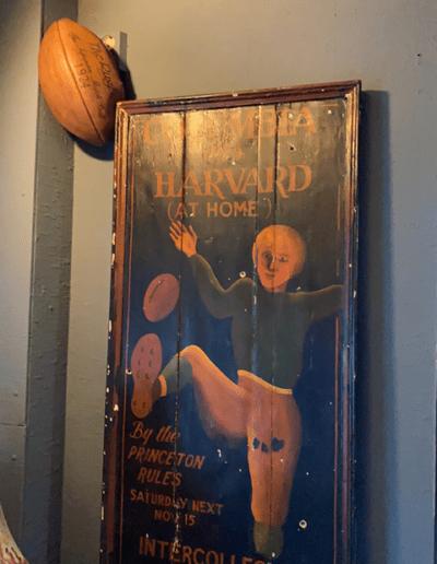 un cadre en bois avec un ballon de rugby