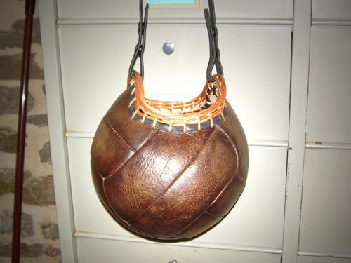 Un sac à main avec un ballon de foot en cuir