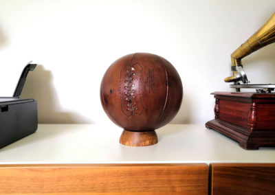 ballon de basket sur son socle