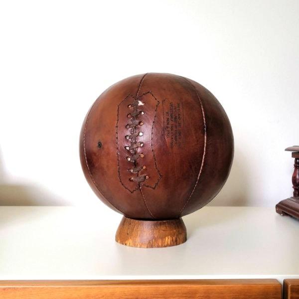 Un ballon de basket en cuir vintage