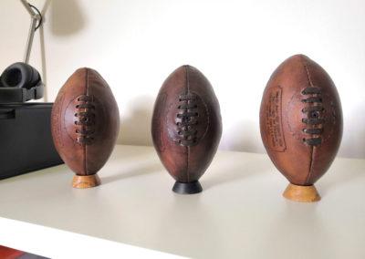 3 socles pour présenter des mini ballons de rugby