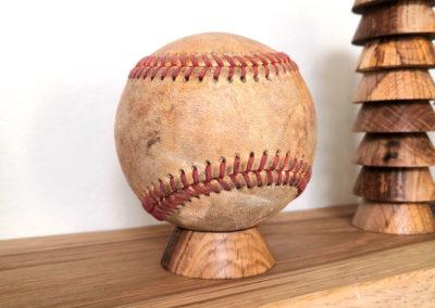 Balle de baseball ancienne sur son socle