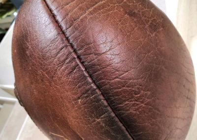 photo macro du cuir de buffle sur un ballon de foot US